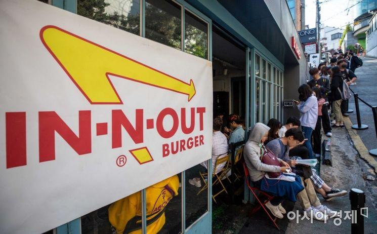 22일 서울 강남구 바비레드 강남점에서 시민들이 미국 햄버거 프랜차이즈 '인앤아웃 버거'를 구매하기 위해 줄을 서고 있다./강진형 기자aymsdream@
