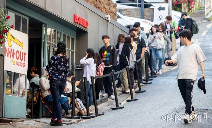 [포토]인앤아웃 버거 구매하기 위해 줄 선 시민들