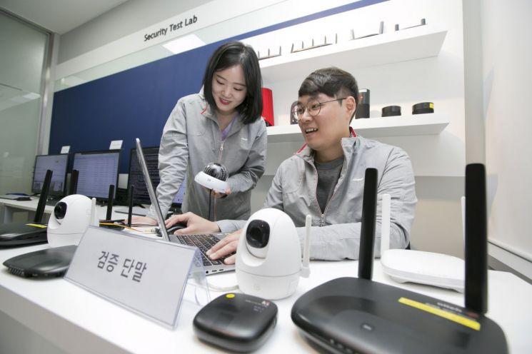 KT는 22일 5G 시대에 IoT 단말의 보안 강화를 위한 단말 보안성을 검증하고 최신 보안 취약점을 테스트 할 수 있는 '융합보안실증센터'를 개소했다고 밝혔다. KT 융합보안실증센터에서 직원들이 IoT 단말 보안성을 검증하고 있다.