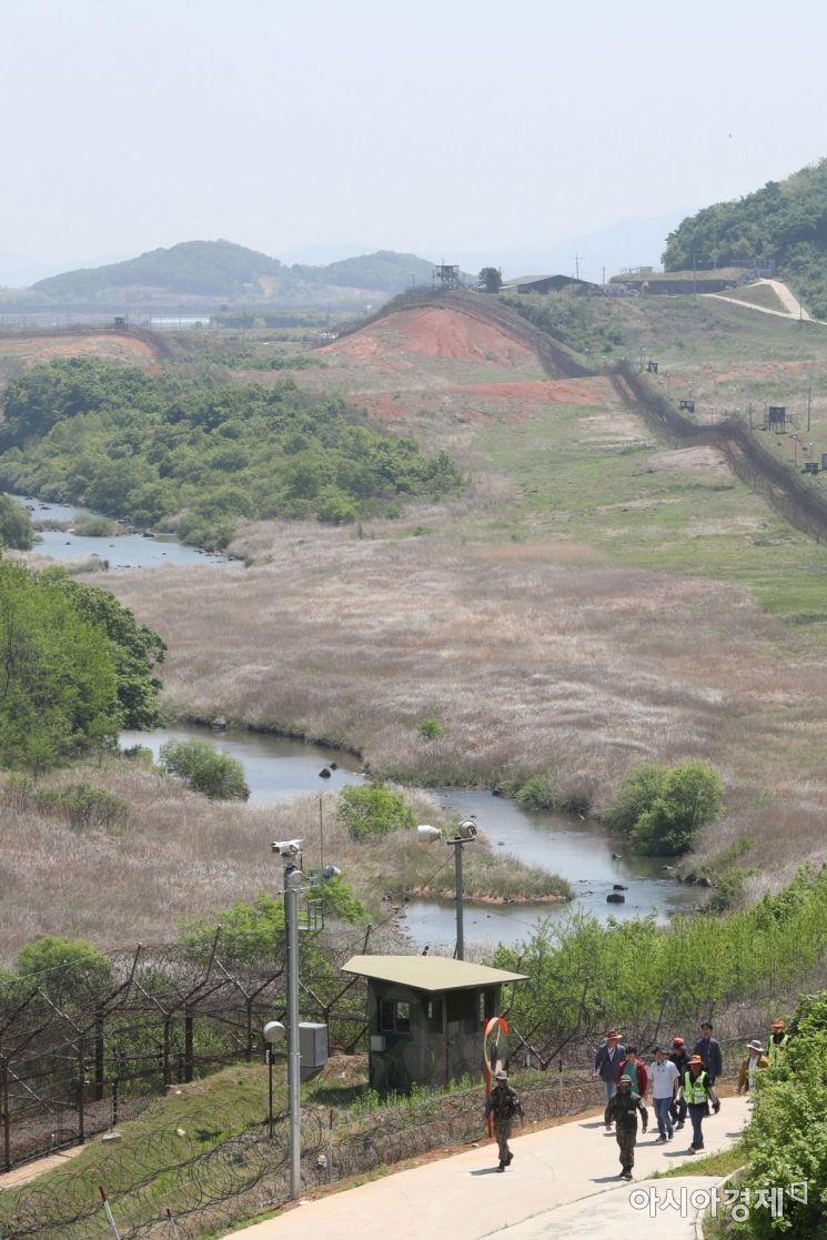 22일 DMZ 평화의 길 철원구간 내 공작새능선 조망대 일대에서 바라본 도보구간과 DMZ 일대./사진공동취재단