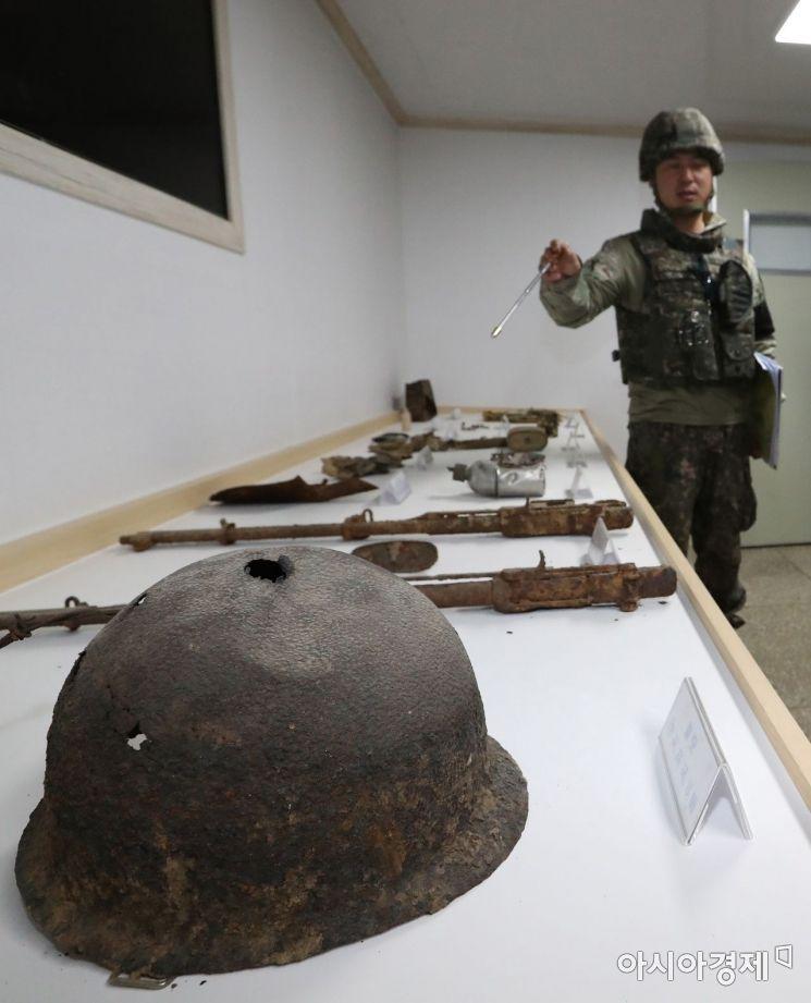 22일 취재진들이 강원도 철원군 'DMZ 평화의 길' 화살머리 고지의 비상주 GP 내 벙커층에 마련된 전시물을 살펴보고 있다./사진공동취재단