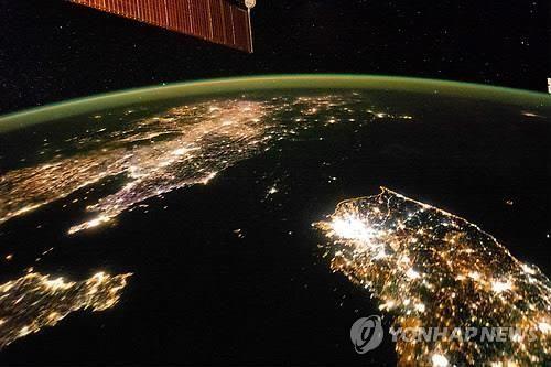 전력난으로 밤이면 깜깜해지는 북한의 위성사진(사진=연합뉴스).