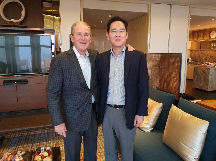 이재용 삼성전자 부회장이 지난달 22일 오후 서울의 한 호텔에서 조지 W부시 전 미국 대통령과 면담 후 기념촬영을 하고 있다.