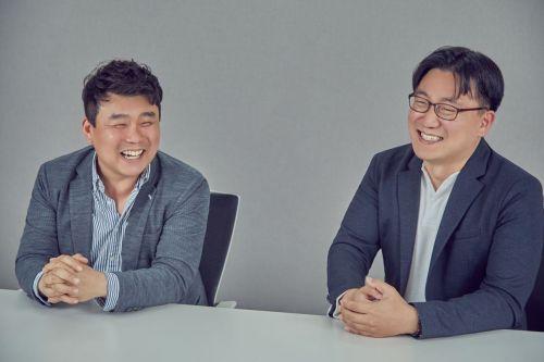 지난 22일 오후 서울 삼성동 시몬스 본사에서 경기 김포대리점 최원혁 대표(왼쪽)와 이정호 시몬스 부사장이 대화를 나누며 웃고 있다.