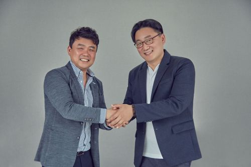 지난 22일 오후 서울 삼성동 시몬스 본사에서 경기 김포대리점 최원혁 대표(왼쪽)와 이정호 시몬스 부사장이 악수하고 있다.