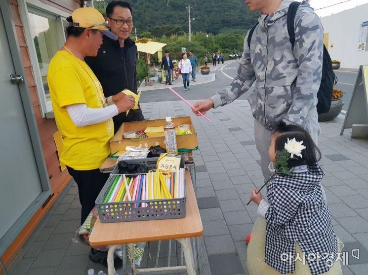 22일 경남 김해 봉하마을에서 '바람개비 아저씨' 임경민씨가 바람개비를 만들어 참배객들에 나눠주고 있다.(사진=원다라 기자)
