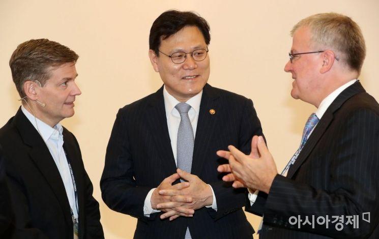 최종구 금융위원장이 23일 서울 동대문디자인플라자(DDP)에서 열린 '제1회 코리아 핀테크 위크 2019'에서 참석자들과 대화를 나누고 있다. /문호남 기자 munonam@