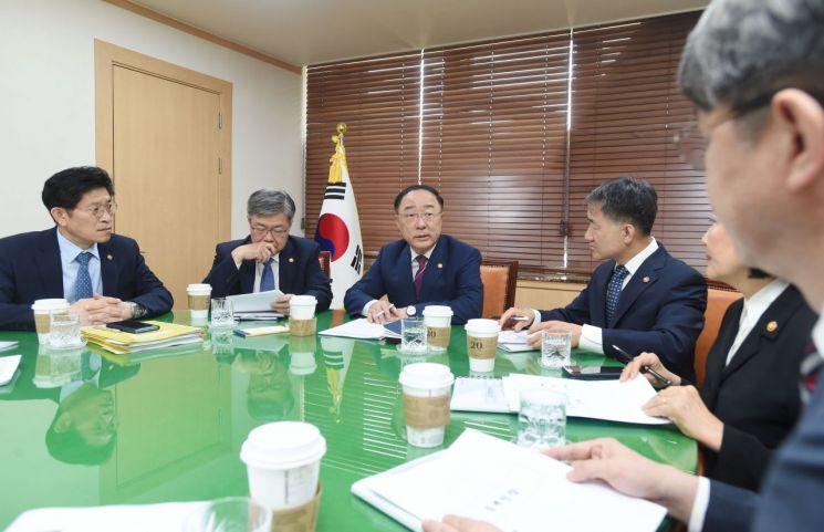 홍남기 부총리 겸 기획재정부 장관이 23일 정부서울청사에서 관계장관회의를 주재한 자리에서 발언하고 있다.