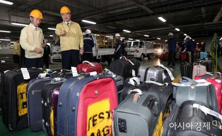 [포토] 수하물처리 훈련 점검하는 구본환 사장