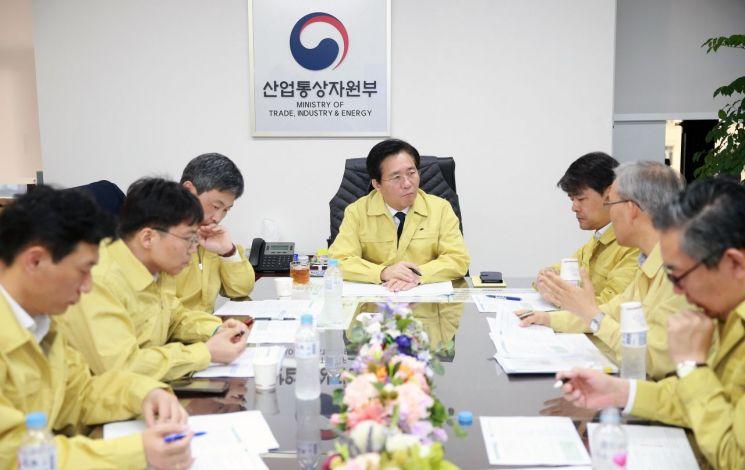 성윤모 산업통상자원부 장관(가운데)이 24일 부처 관계자들과 정부서울청사에서 전날 6명의 사상자를 낸 강릉벤처공장 수소탱크 폭발 사고에 대해 긴급 회의를 하고 있다.