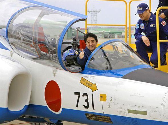 지난 2013년 아베 신조 일본 총리가 미야기현 히가시마쓰시마시의 항공자위대 기지를 방문해 731이란 편명이 적힌 훈련기에 앉아 기념사진촬영을 한 모습. 일제강점기 당시 악명높은 생체실험 부대인 731부대를 연상시킨다는 비난이 일었던 바 있다.(사진=연합뉴스)