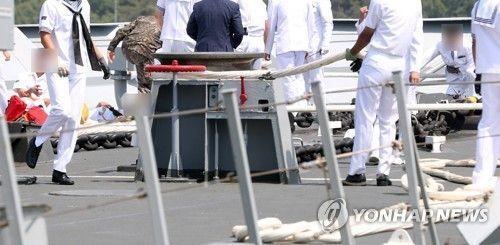 24일 오전 10시15분께 경남 창원시 진해구 진해 군항에서 열린 해군 청해부대 '최영함' 입항 환영식 중 배 앞부분에서 홋줄이 풀리는 사고가 발생해 군이 현장을 살피고 있다. 이 사고로 병장 1명이 숨지고 4명이 다쳤다. 사진=연합뉴스