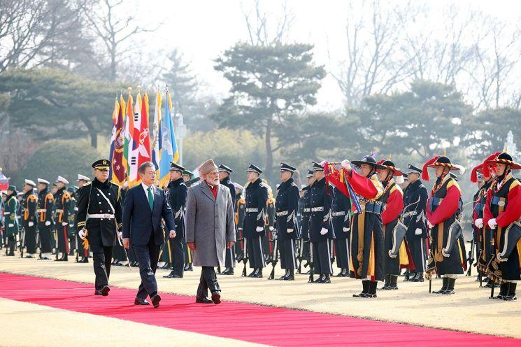 문재인 대통령과 나렌드라 모디 인도 총리가 지난 2월 22일 청와대에서 열린 공식환영식에서 의장대를 사열하고 있다.   사진=연합뉴스