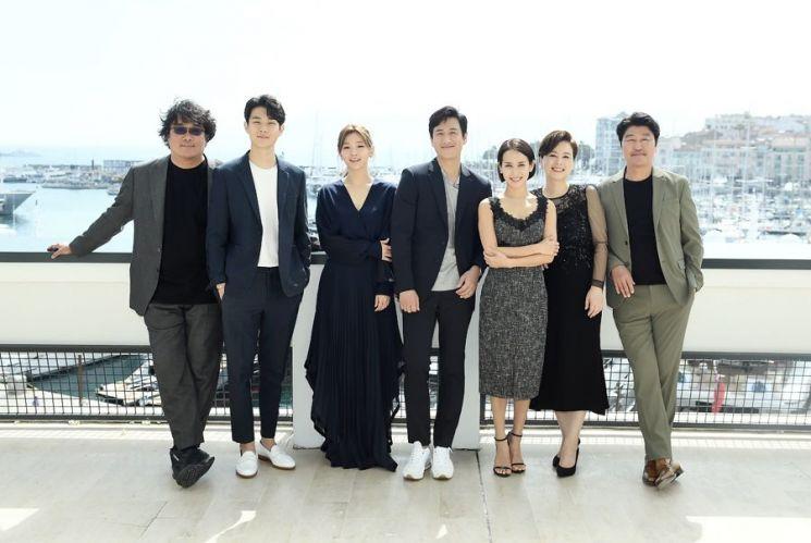 """[칸영화제]""""'아가씨' 꺾고 신기록"""" '기생충' 192개국 판매 쾌거"""