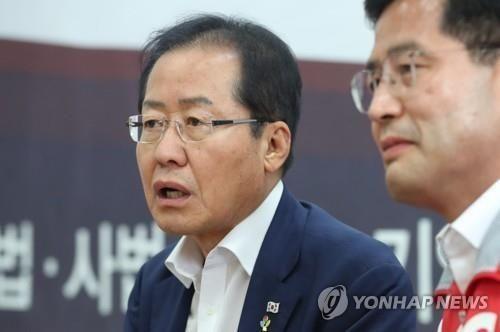 홍준표 전 자유한국당 대표와 조진래 전 의원 / 사진 = 연합뉴스