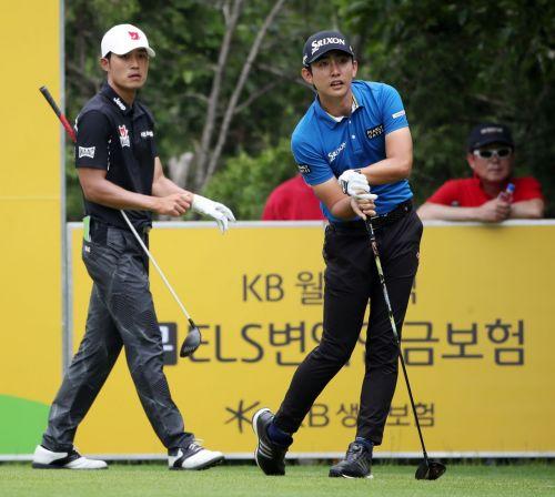 이수민(오른쪽)이 KB금융 리브챔피언십 셋째날 5번홀에서 티 샷 직후 공을 바라보고 있다. 사진=KPGA