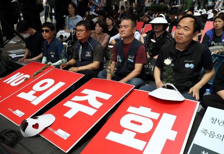 25일 오후 서울 구의역 앞에서 '구의역 참사 3주기 추모문화제'가 열리고 있다. [이미지출처=연합뉴스]