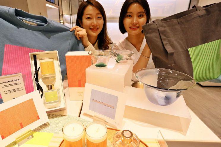 26일 서울 강남구 갤러리아 백화점에서 모델들이 박서보 화백 작품을 오마주한 상품들을 선보이고 있다.