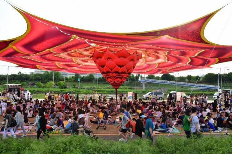 [포토]서울장미축제 방문객들 중랑천 둔치 대형 아트그늘막 잔디밭 휴식