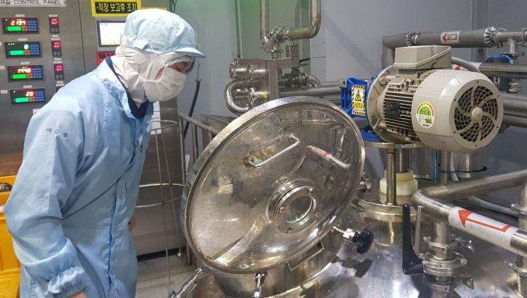 CJ제일제당 논산공장에서 작업자가 비비고 국물요리 생산 공정을 살피고 있다.