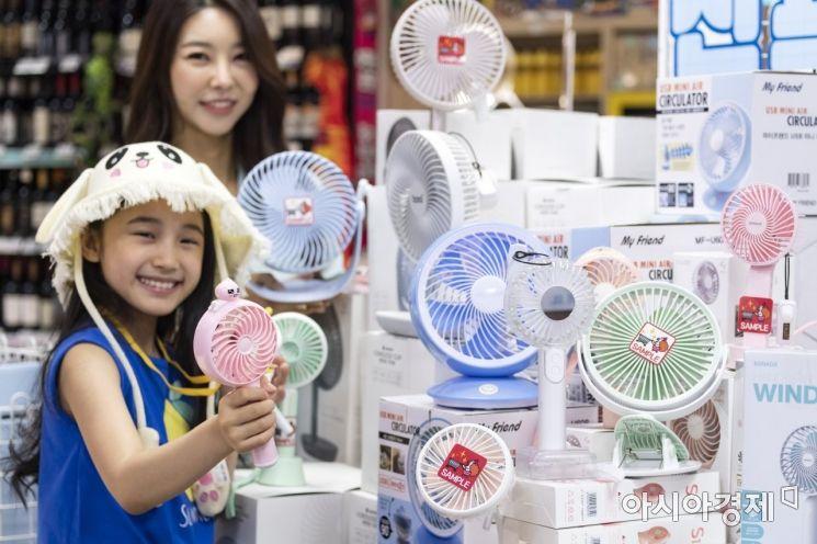 때이른 무더위가 기승을 부리고 있는 26일 서울 강남구에 위치한 삐에로쑈핑에서 다양한 색상의 핸드 선풍기 및 탁상용 선풍기를 모델들이 선보이고 있다./윤동주 기자 doso7@
