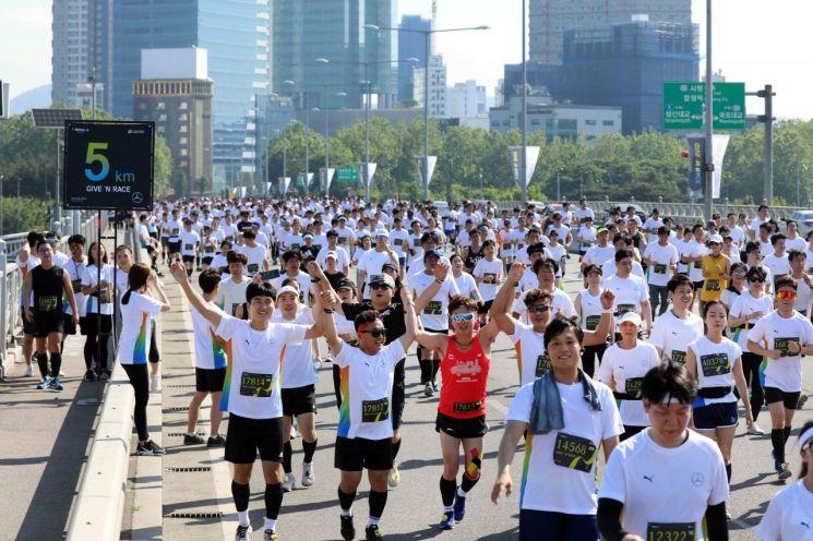 메르세데스-벤츠코리아와 서울특별시는 마라톤 참가를 통해 기부금을 모금하는 '제 4회 기브앤레이스'를 서울 상암동과 여의도 일대에서 26일 개최했다. 양화대교를 건너는 참가자들 모습./사진=메르세데스-벤츠