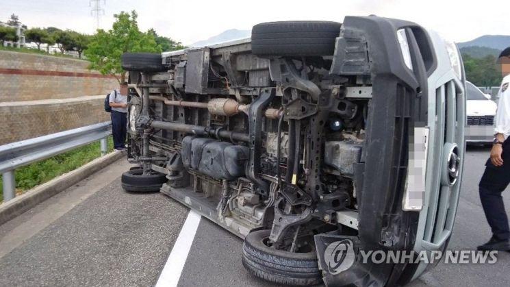 26일 오후 1시 20분께 전남 해남군 옥천면 인근 한 도로에서 15인승 승합차가 SUV 차량과 추돌한 뒤 전도됐다.   사진자료=연합뉴스