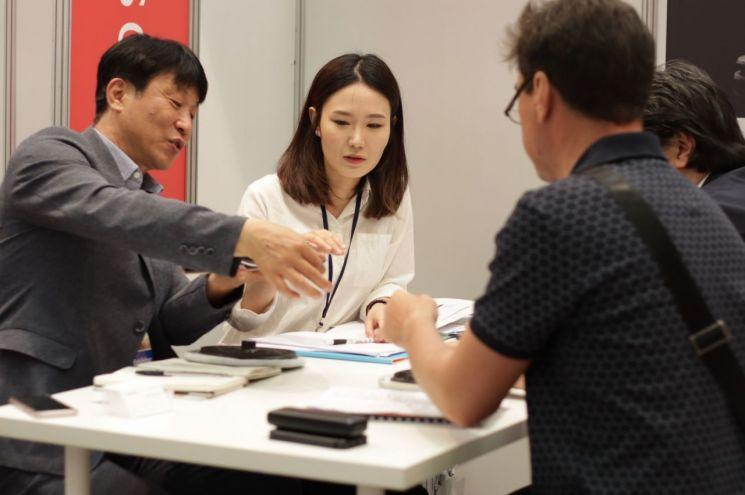 코트라와 롯데홈쇼핑이 한국 소비재기업들의 러시아 수출 지원을 위해 23~24일(현지시간) 러시아 모스크바에서 '대한민국 브랜드 엑스포 in 모스크바'를 공동 개최했다. 엑스포에 참가한 한국 기업 관계자가 수출 상담을 받고 있는 모습/사진=코트라