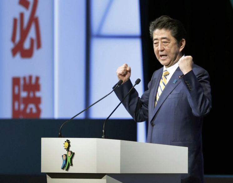 아베 신조(安倍晋三) 일본 총리가 납치문제에 진전이 있을 경우 북·일 정상회담을 개최한다는 기존 입장을 변경해 김정은 북한 국무위원장과의 회담을 조건 없이 추진하기로 했다고 교도통신이 지난 4일 보도한 바 있다.