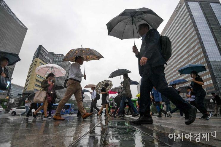 [포토]우산쓴 직장인들