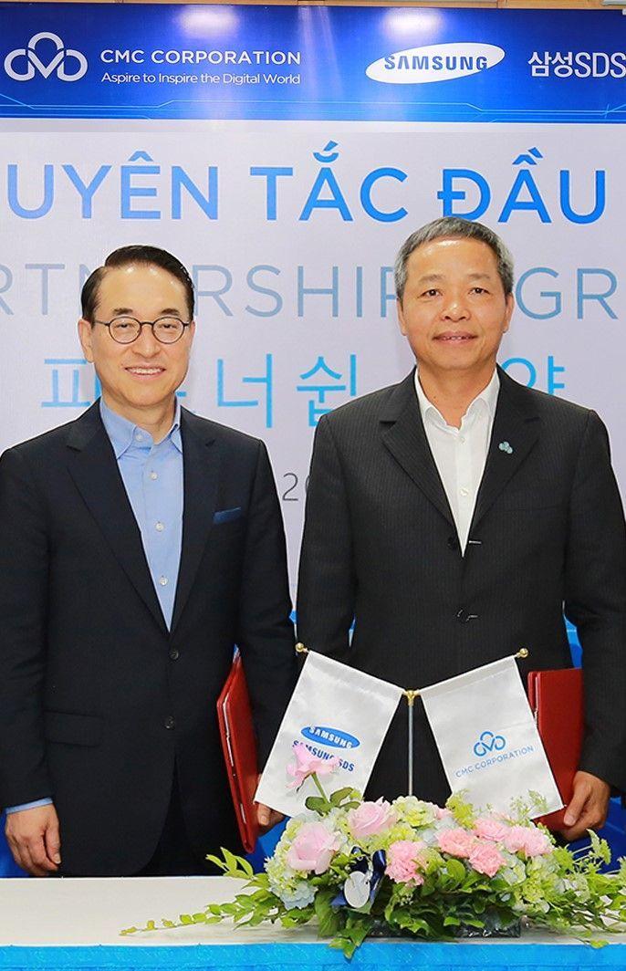홍원표 삼성SDS 대표(왼쪽)와 응우웬 쭝 찡 CMC 대표가 전략적 파트너십 합의를 체결하고 있다.