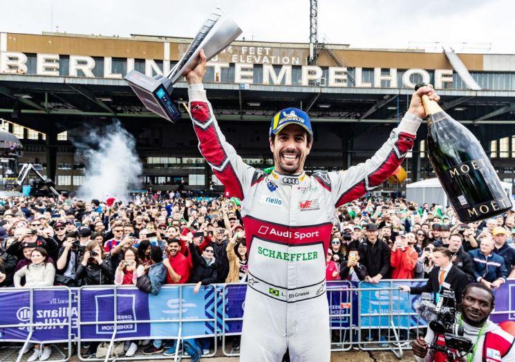 아우디 매뉴팩처 팀 '아우디 스포트 압트 섀플러' 소속 대표 드라이버 루카스 디 그라시 선수가 25일 독일 베를린에서 열린 포뮬러 E 10라운드에서 우승을 차지하고 기념 촬영을 하고 있다. /사진=아우디