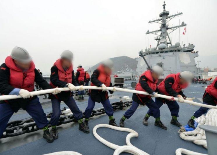 통상적인 경우 해군 장병들은 활동복에 헬멧과 구명조끼 등 안전장구까지 갖춘 상태에서 홋줄 작업을 실시한다. (사진=연합뉴스)