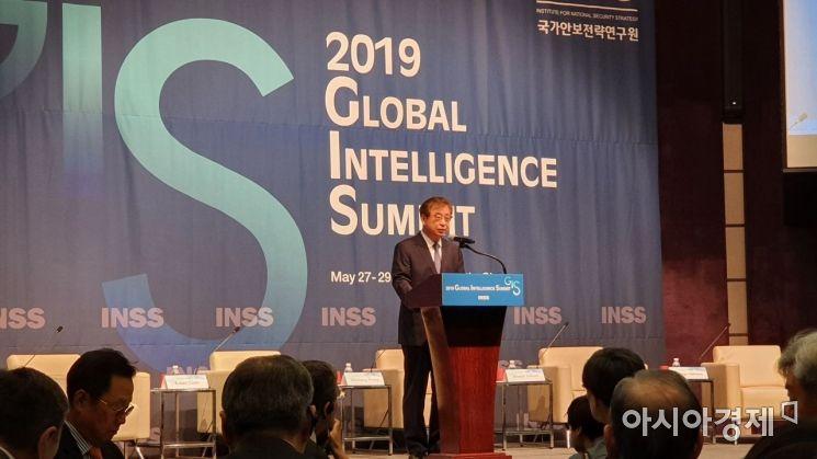 서훈 국가정보원장이 27일 서울 중구 웨스틴조선 호텔에서 열린 '2019 글로벌인텔리전스 서밋'에서 축사를 하고 있다.