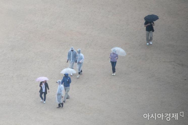 [포토]비오는날 경복궁 찾은 관광객들