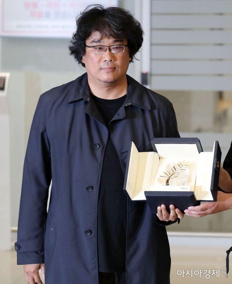 [포토] 칸영화제 황금종려상 들어보이는 봉준호 감독