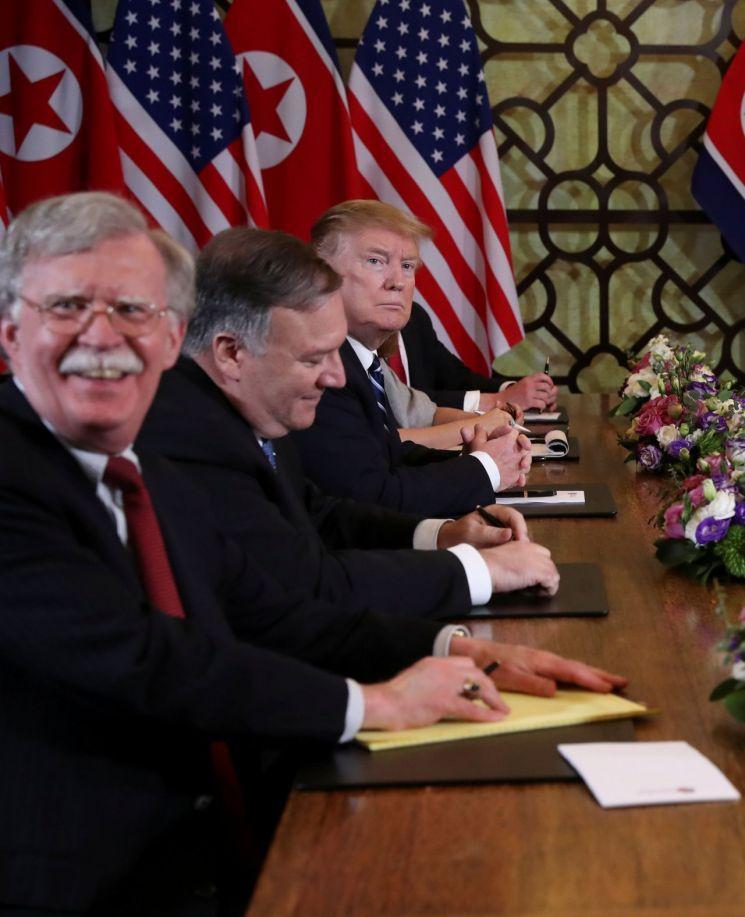 지난 2월 28일 베트남 하노이에서 열린 도널드 트럼프 미국 대통령(왼쪽 세번째)과 김정은 북한 국무위원장의 2차 북미정상회담 확대회담에 배석한 존 볼턴 백악관 국가안보회의(NSC) 보좌관(왼쪽)이 웃음 띤 밝은 표정을 짓고 있다. <사진=로이터연합>