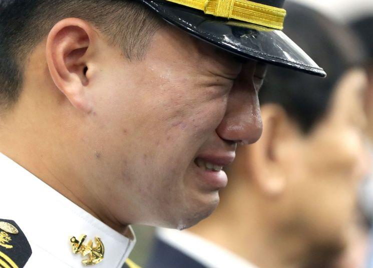 청해부대 밧줄 사고로 순직한 고 최종근 하사의 영결식이 엄수된 27일 오전 경남 창원시 진해구 해군해양의료원에서 동료 해군이 울고 있다. (사진=연합뉴스)