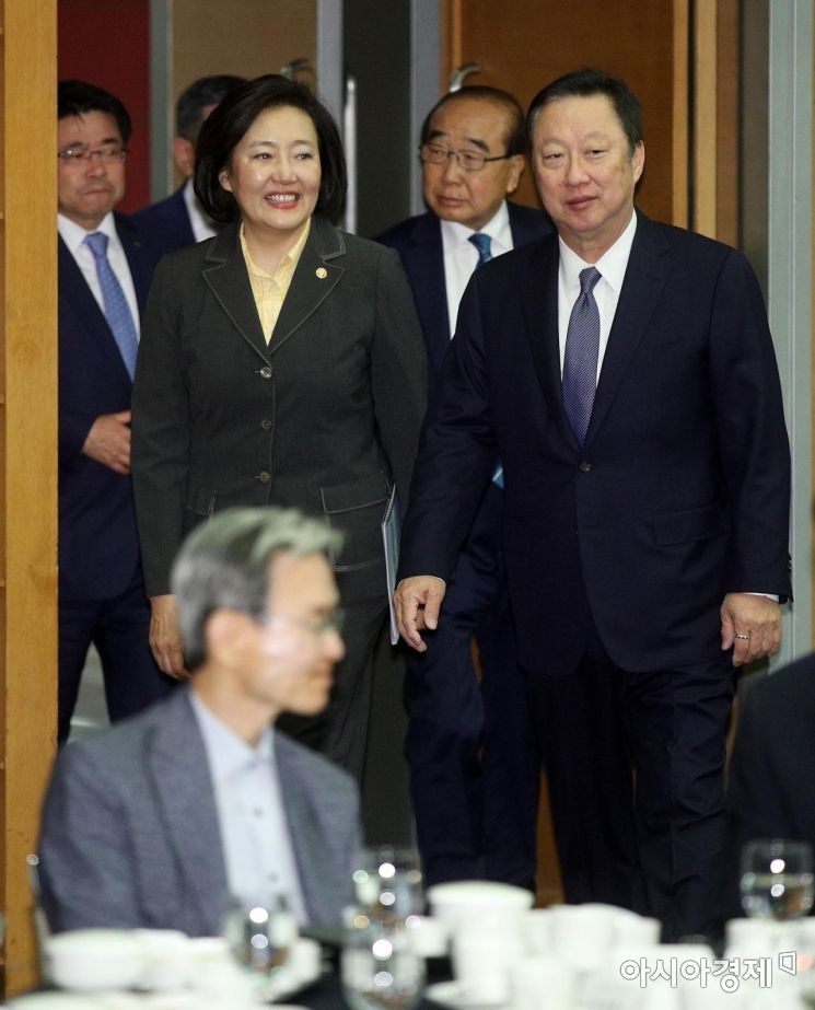 [포토] 대한상의 CEO 강연회 참석하는 박영선 장관