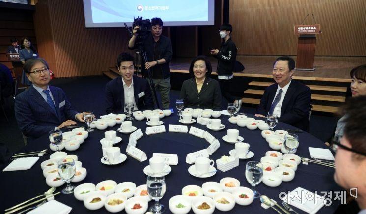 [포토] CEO 조찬간담회 참석한 박영선 장관