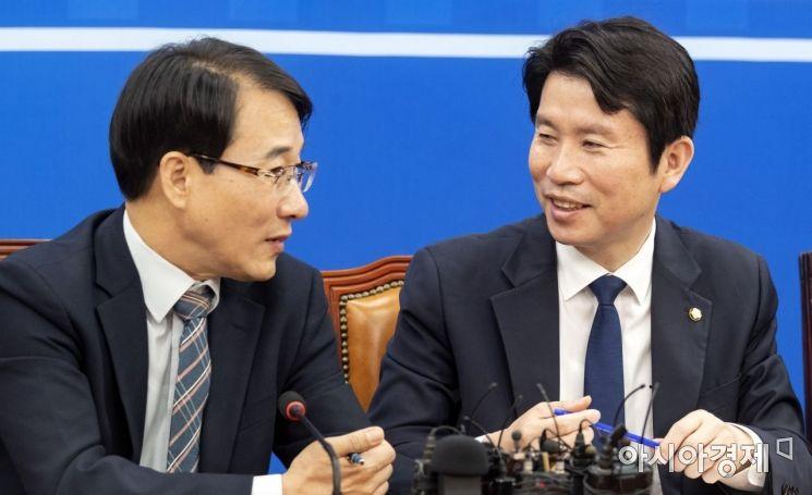 [포토] 의견 나누는 이인영 원내대표·이원욱 수석부대표