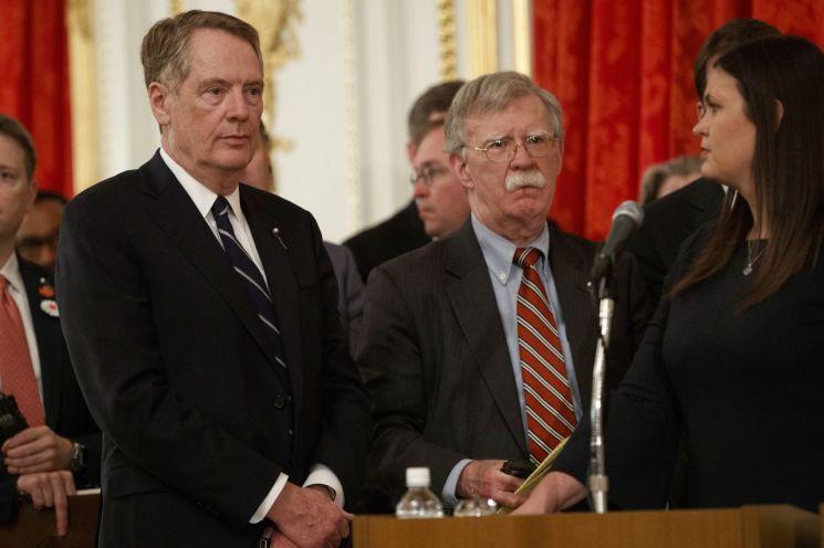 존 볼턴 백악관 국가안보회의 보좌관(가운데)이 27일 도널드 트럼프 미국 대통령과 아베 신조 일본 총리의 기자회견장에서 대기하고 있다. [이미지출처=AP연합뉴스]