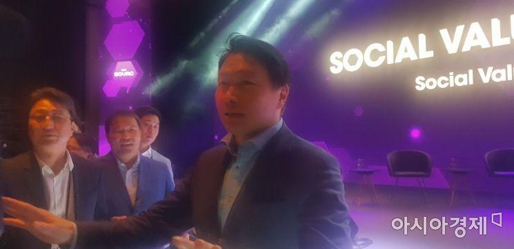 ▲최태원 SK그룹회장이 28일 서울 광장동 그랜드워커힐 호텔에서 열린 제 1회 'SOVAC 2019' 행사장에서 기자들과 만나 행사개최 소감에 대해 말하고 있다.