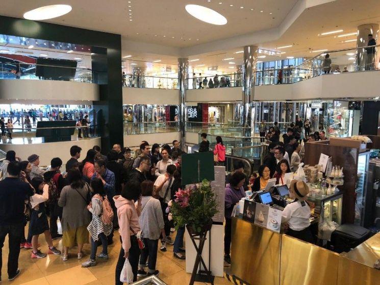 홍콩 씨티플라자 안에 오픈한 백미당 팝업스토어. 아이스크림을 먹으려는 소비자들로 분주하다.