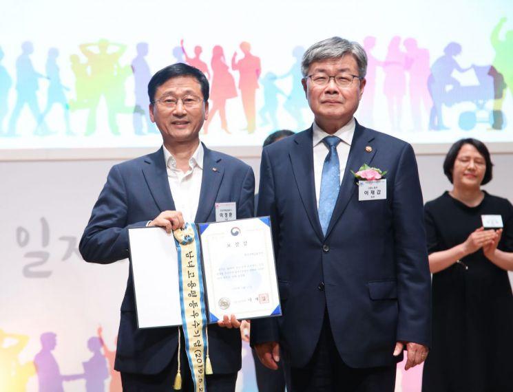 주택금융공사는 27일 서울 상공회의소에서 열린 2019 남녀고용평등 강조기간 기념식에서 고용노동부장관 표창을 수상했다. 이정환 주택금융공사 사장(왼쪽)과 이재갑 고용노동부장관이 표창 후 기념촬영을 하고 있다.