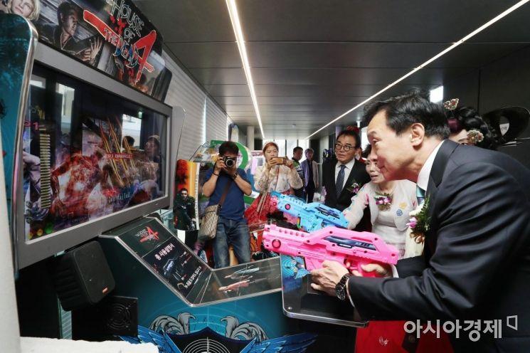[포토]아케이드 게임기 체험하는 손학규