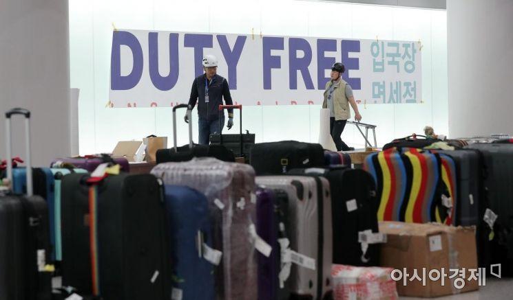 [포토] 입국장면세점 광고물 부착