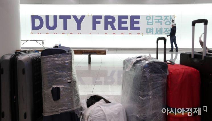 [포토] 입국장면세점 홍보물 부착