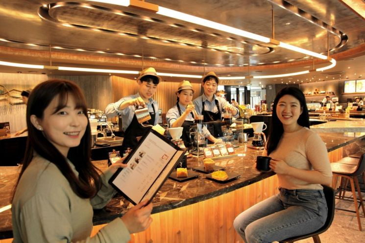 고객들이 스타벅스커피코리아의 리저브 바 매장 50호점인 대한산공회의소R점에서 커피마스터들이 직접 추출해준 커피를 즐기고 있는 모습.