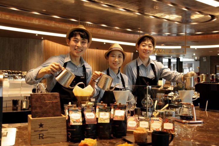 스타벅스커피코리아의 리저브 바 매장 50호점인 대한산공회의소R점에서 근무하는 커피마스터들.
